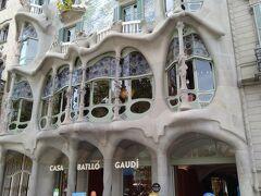 カサ・バトリョです。 こちらもカサ・ミラ同様、元はガウディが作ったお金持ちの邸宅、今はアパート(日本で言うマンション)で世界遺産です。 ここもだいぶ綺麗になっている気がします。 お金払えば入れる様になっています。