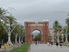 バルセロナ凱旋門 188年にバルセロナで開催された万博会場であったシウダデーヤ公園の入場門。