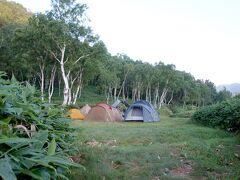 「木戸池キャンプ場」  うーん、どこにしよう  時刻はすでに18時、テントは20張くらい ベスポジは空いてるはずもなく