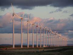夕日に映える風力発電(オトンルイ風力発電所)の風車が綺麗。