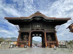 善光寺の仁王門。 いつ見ても迫力があります。