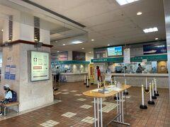 路線バスで旭橋駅まで戻り、タクシーでとまりんへ。 午後になるとターミナル人少ない!閑散としてました^^; マーミヤかまぼこの売店もクローズしているので、ローソンでいろいろ買い込む。