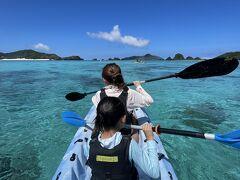 島の西にある阿真ビーチへ! 前半はカヤック。お兄さん一緒に乗ってくれたけど、地味に疲れる^_^ ムスメとタイミングを合わせるコツをつかむまで一苦労でしたw  海の透明度がめちゃくちゃ高いので、運が良ければウミガメが泳いでる姿もボートの上から見られる!一瞬、ぴょこっと顔を出すのがかわいい。