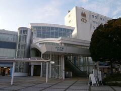 4駅で20分の速さで「八戸駅」に到着です、  東北新幹線やJR八戸線に青い森鉄道の乗り換えターミナル駅です。  東口には観光案内所やホテルに各施設が整っています。