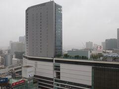翌朝、7時起床。 そごうの看板の先がカハラ横浜の屋根と思われる。