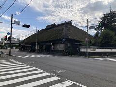 戸倉駅前の通りと国道18号線(かつての北国街道)が交差する角に、歴史を感じさせる茅葺き屋根の大きな建物があります。  元は地元の造り酒屋『坂井銘醸』さんの母屋で江戸中期の宝暦年間に建てられたものだそうですが、現在は坂井銘醸さんが経営するそば処『萱』とカフェ『萱の庵』が入店しています。  そばは小諸で昼食で頂いていましたので、外観のみ撮影しました。