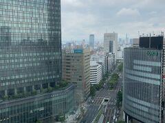 入る前にガラス越しに外を。 中央に見えるのは名古屋駅のシンボル?のモニュメントですが、取り壊しの予定です。左側のビルは大名古屋ビルヂング。