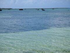 奇岩がゴロゴロと浮かぶ佐和田の浜です  この大きな岩は1771年の「八重山地震」により起こった「明和の大津波」によって運ばれてきたもの。佐和田の浜に点在している無数の岩は、サンゴ礁の巨大な塊が海底からはがれて打ち上げられたという津波石だったのです。  「明和の大津波」では宮古諸島に10mを超える津波が押し寄せ、大きな被害をもたらしたとされています。無数の大岩はそんな津波の破壊力を静かに物語っているのです。