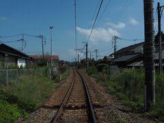 伝統的家屋が途切れてほどなく JR成田線の線路につきあたりました。  小野川の反対側を引き返しましょう。