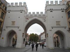 それではドイツらしさを巡る町歩きはじまり~。  まず、駅からまっすくカールス門の方角へ歩いてきた。