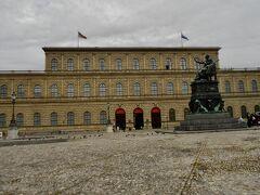 そして今回の旅の目的 その1 レジデンス(王宮)博物館を見ること。  バイエルン地方を統治していたヴィッテルスバッハ 王家の宮殿 14世紀後半から拡張と改築を繰り返した巨大なバイエルン王家の住居。180室以上あるそうだがそのうちのほとんどが一般公開されている。