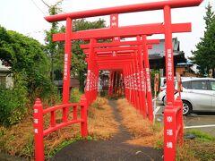 坂内食堂の隣には、御清水稲荷神社