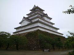 鶴ヶ城は、約630年前に作られたそうで、正式には若松城とのこと。 1868年に起こった戊辰戦争の際には、新政府軍の猛攻に耐えた「難攻不落の名城」としても有名。 赤瓦の5層の天守閣が美しく、日本百名城の一つ。 天守の内部は博物館になっている。