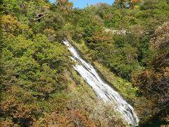 車窓観光その3。オシンコシンの滝。そろそろ紅葉シーズンですね。