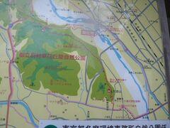 写真の緑色で示されている区域は、羽村草花自然公園です。  多摩川の流れが、羽村草花自然公園の中を流れています。