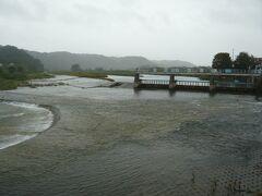 多摩川の流れに対して、写真右側から張り出している堰が、羽村取水堰です。  多摩川から玉川上水へと水を取り入れている堰です。 堰で、多摩川の水位を揚げて、玉川上水路に、水を流し込む構造です。  江戸時代から現在に至るも、その機能は、変わっていません。