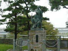 玉川兄弟の像です。  江戸へ上水を供給する玉川上水実現のため尽力した兄弟の功績を称えるため、設置されました。