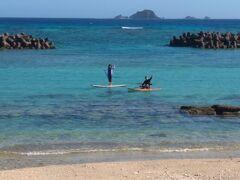 宿に帰る前浜で Sさんご夫婦はSUPを楽しんでいたようで