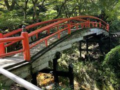 赤い橋、河鹿橋。紅葉の時期はもう少しみたいです。