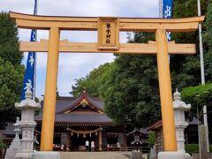 こちらは、園敷地内にある、出水(いずみ)神社。 この鳥居に、元首相の細川護煕氏のサインが。 2016年の熊本地震で倒壊。 2020年8月に「南郷檜(なんごうひ)」を使用し、再建。 生木の色をいかした清々しい佇まい。