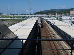 6<JR新所原駅> 浜松駅から約30分で静岡県最西端のJR新所原駅に到着。駅を出れば、愛知県豊橋市。正面に見える岩山は、「立岩」。ロッククライミングができる場所として有名。