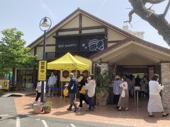 20<長坂養蜂場> 長坂養蜂場は、昭和10年創業の浜名湖畔にある「はちみつ農場」。ここは、いろいろなはちみつ製品を販売するショップで、いつも多くの人で賑わっている。