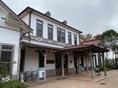 軽井沢旧駅舎。 記念館として残されていますが、これから乗るしなの鉄道の駅舎としても利用されています。