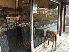 のんびりと若宮大路沿いのお店を見てまわります。 猫の看板が目印のパン屋さん。