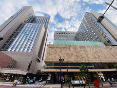 日比谷・有楽町は自宅付近以外では1番よく来るエリアで、帝国ホテルもお馴染みの景色のひとつです。 本館とタワーの間の通路に郵便局がある、というのは帝国ホテルトリビアかな?