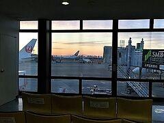 朝の伊丹空港。  1泊2日という短い時間なので朝早く出発します。