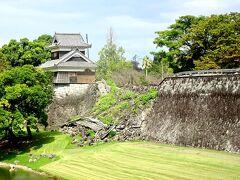 到着。 今回残念ながら、お城内部の入場は、叶いませんでした。 壊れた石垣に、草生える。 大地震からの5年の歳月を 否が応でも、思い起こさせます。