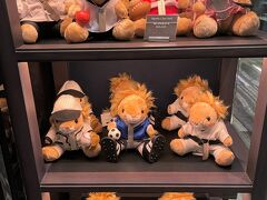 東京・六本木『ザ・リッツ・カールトン東京』1F  「ザ・リッツ・カールトン東京」オリジナルライオンの ぬいぐるみの写真。  この時は、オリンピックシーズンだったので、スポーツウェア姿。