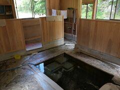 ほんとに快晴で腹が立つくらいに暑い  で、湯ノ花温泉に寄って共同浴場でひとっ風呂 熱くて入るのに苦労した