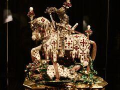 コロナ禍中宝物館も見学したかったが 現在閉鎖中 (宝物館の入場料は博物館とは別になっている) (以下は将来宝物館見学をお考えの方に参考資料として2011年に撮影したものを添付)  聖ゲオルグの聖遺物箱 様々な貴石が使われていてなんともゴージャス。