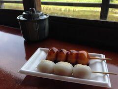 デザートはお店をはしご。 五十鈴川を眺めながらお団子をいただきました。