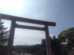 宇治橋鳥居をくぐります。