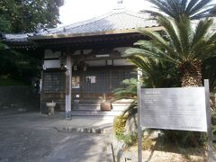 第17番札所観音寺に到着しました。境内の裏側から入る形になってしまいました。狭い敷地に小ぶりの本堂が建っており十一面観世音菩薩像が安置されています。
