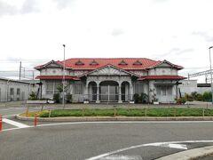 南海の浜寺公園駅はコロニアル風の文化財駅舎でした。 改札は横のプレハブ小屋です。