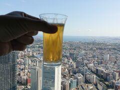 68階からの景色を眺めながら、乾杯。