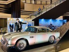 007の新作のプロモーションで、ミッドタウン日比谷の1階にアストンマーチンが展示されてました。 高いんだろうな (^_^;) モデルのような風貌の男性がホコリを払ってましたw