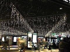 福岡駅地下街。ちょっと休憩できるお店を探します。  クリスマスだからかきらきらでとてもきれいでした。