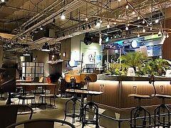 休憩できるお店を見つけました。  wired cafe。  席間もゆったり取っていてとても居心地良かったです。