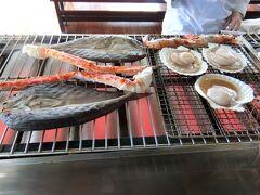 海鮮を目の前で焼いて食べます。  帆立1個、海老1匹、大きいカニの足1本、魚とおにぎり2個です。 ここの食事が一番おいしかった~。