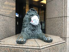 銀座三越の入口にあるライオン像もマスクをしていました。