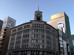 東急プラザから、さらに銀座方面に歩きます。 銀座のシンボルとも言える和光の時計塔が見えてきました。