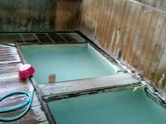 「奥塩原新湯温泉」 下の塩原温泉のお湯と違って、草津や蔵王のように硫化水素含有のにごりゆで、強酸性で殺菌力が強いのが特徴です。アトピー性皮膚炎の私は、いろいろな温泉を試して、これにたどり着いたという気持ちです。ここに入るために奥塩原温泉に通っているわけです。 2メートル四方の湯船が2つあります。1つは水を足して温度を低くしても大丈夫です。もう一つは、水をあまり足さず高温にして置きます。何も知らずに2つともぬるくしてしまうと、常連さんに叱られてしまいます。