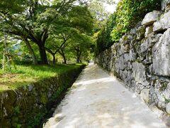 石垣見事です。  微妙な坂道。 あついーーー。