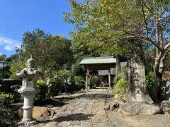 紹太寺の参道から山門