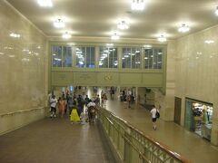 19世紀後半にメトロノース鉄道のターミナル駅として建設され、ペンシルバニア駅と並ぶニューヨークを代表する主要駅として君臨しているグランドセントラル駅。 現駅舎は日本の東京駅丸の内口駅舎とほぼ同時代、1913年に竣工した建物で、再開発の波をくぐって今日まで大切に使われてきました。