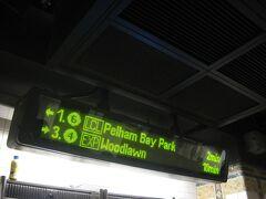 ホームに設置された発車案内表示器。 「LCL」は普通電車、「EXP」は急行電車を示しています。